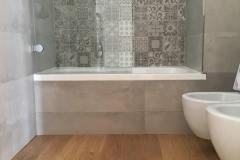 bagno con pavimento in legno naturale trattato a olio